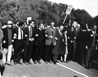 Mailer-and-Chomsky-marching-to-the-Pentagon